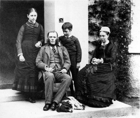 Beatrix Potter con sus padres y su hermano.